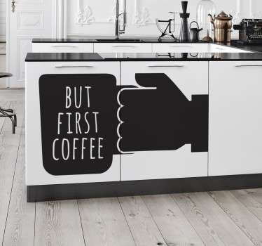 "Wall sticker decorativo che raffigura la frase ""But First a Coffee"", che in italiano significa ""Ma Prima un Caffè""."