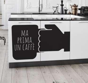"""Sticker decorativo che raffigura una mano ed una tazza di caffè con la scritta """"Ma prima un caffè""""."""
