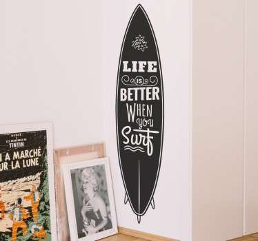 "Adesivo che raffigura la silhouette di una tavola da surf ed un testo in stile retrò ""Life is better when you Surf"""