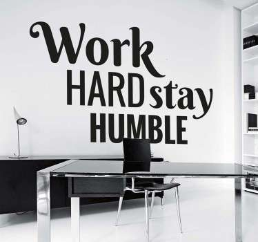 "Sticker decorativo che raffigura la scritta in inglese ""Work Hard Stay Humble""."
