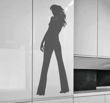 リビングルームの壁の装飾から後ろの女性のシルエット