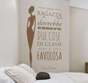 Wall sticker decorativo che raffigura una delle frasi più famose della migliore stilista di tutti i tempi,Coco Chanel.