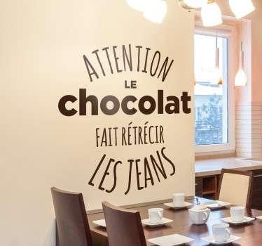"""Sticker texte """"Attention le chocolat fait rétrécir les jeans"""". Réservé à tous les grands amoureux du chocolat qui ne savent pas se contrôler."""