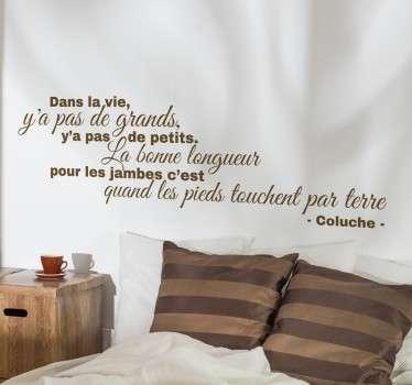 Sticker texte reprenant une célèbre citation de l'humoriste Coluche. Il apportera de l'humour dans votre maison.