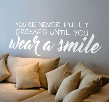 "Sticker texte ""You're never fully dressed until you wear a smile"", idéal pour une décoration originale et inspirante."