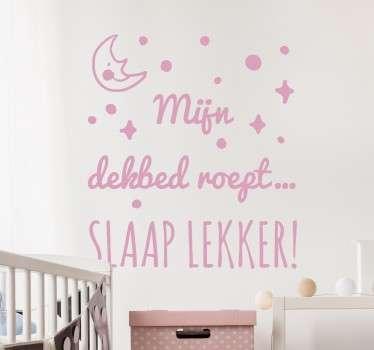 """Een leuke muursticker voor de kinderkamer met de tekst """"Mijn dekbed roept... Slaap lekker!"""" Kleur en afmetingen aanpasbaar. Dagelijkse kortingen."""