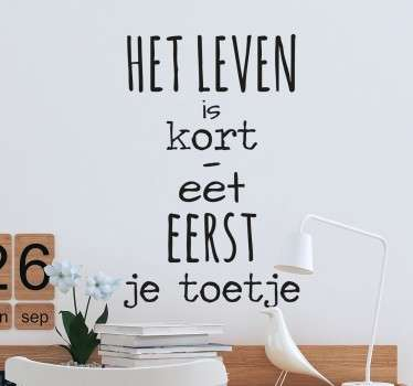 Leuke muursticker met de tekst: Het is leven is te kort, eet eerst je toetje. Bent u het helemaal eens met deze tekst?