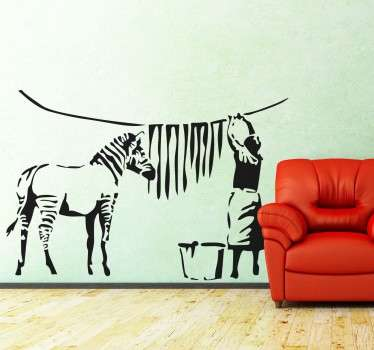 Banki zebra matrica, amely személyre szabhatja hálószobáját, nappaliját, étkezőjét és még sok mást! Ennek a forradalmian új városi graffiti művésznek az egyik legismertebb alkotása, a falfestmény-gyűjteményünkből egy olyan minta, amelyen egy nő láthatóan egy zebra csíkjait akasztja száradni.