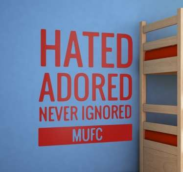 "Vinil decorativo essencial para qualquer fã leal ao Manchester United, com o famoso slogan ""Hated, ignored, never ignored""."
