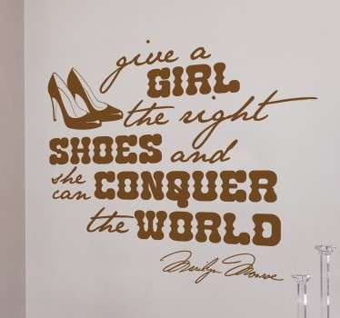 "Vinil decorativo para decoração com uma frase muito conhecida de Marilyn Monroe: ""Give a girl the right shoes and she can conquer the world""."