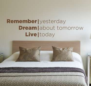 "Adesivo decorativo che raffigura la scritta in inglese ""Remember yesterday, Dream About tomorrow , Live today""."
