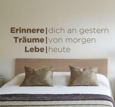 """Dekoratives Wandtattoo mit der Aufschrift """"Erinnere dich an gestern, Träume von morgen, Lebe heute""""."""