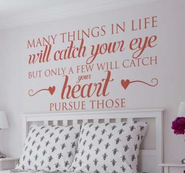 Vinil decorativo de uma frase introspectiva: 'Many things in life will catch your eye, but only a few things will catch your heart, pursue those'