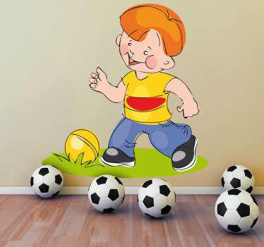Stickers enfant illustrant un petit garçon jouant au ballon. Idée déco originale pour la chambre de garçon et pour tout autre espace de jeux.