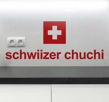 """Der Aufkleber illustriert die viereckige Schweizer Flagge und wird durch die Aufschrift """"schwiizer chuchi"""" ergänzt."""