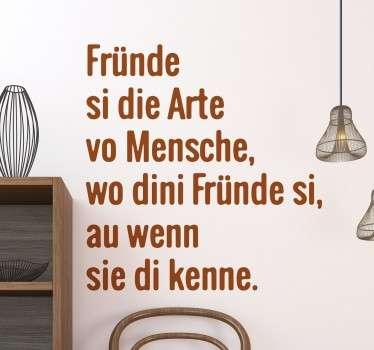"""Wandtattoo mit der Aufschrift """"Fründe si die Arte vo Mensche, wo dini Fründe si, au wenn sie di kenne."""". Schweizer Dialekt kombiniert mit einem Spruch"""