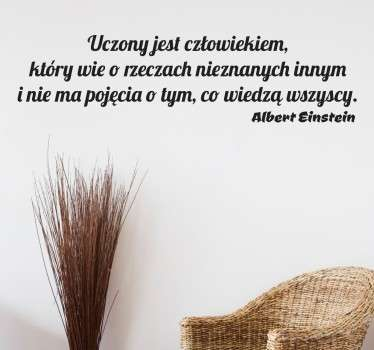 Naklejka na ścianę z napisem przedstawiającym cytat autorstwa Alberta Einsteina, w którym geniusz opisuje kim jest naukowiec.