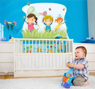 아이 벽 스티커; 나비를 쫓는 아이의 그룹의 장난 그림. 어린이를위한 공간 꾸미기에 이상적인 밝은 디자인.