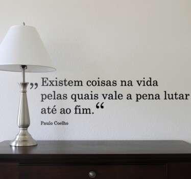 Vinil decorativo da famosa citação do escrito luso, Paulo Coelho. Adesivo de parede inspirador que lhe fará dar motivação e fé.