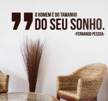 Vinil decorativo de uma citação inspiradora do escritor português, Fermando Pessoa. Adesivo de parede de Portugal para decoração de interiores.