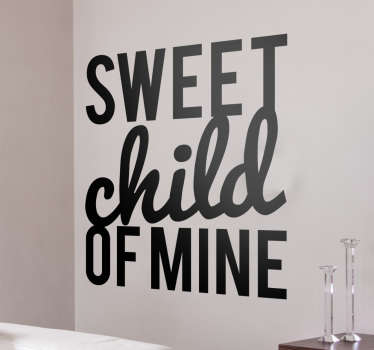 Adesivi decorativi con la scritta Sweet Child of Mine, tratta dalla canzone omonima del gruppo americano Guns n Roses di Axel Rose e Slash.
