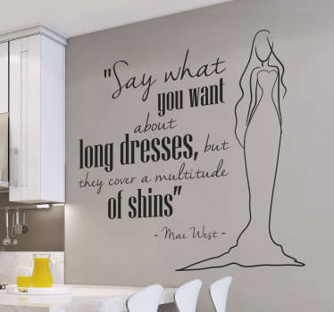 Muursticker van de quote van Mae West over Long Dresses. Naast de quote over jurken is een vrouw in een lange jurk afgebeeld.