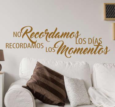 """Murales y vinilos originales con un fantástico texto que dice """"No recordamos los días, recordamos los momentos""""."""
