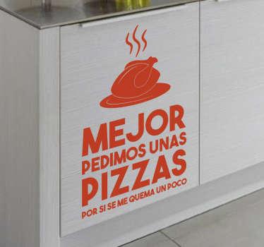 """Vinilos para tu cocina con un diseño divertido y moderno con el texto """"mejor pedimos unas pizzas por si se me quema un poco""""."""
