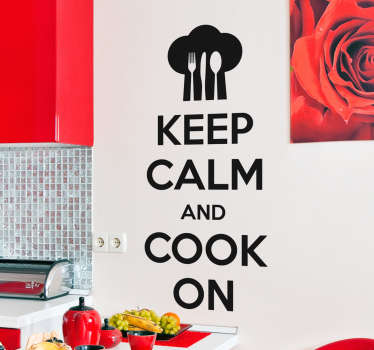 "Adesivi con il testo in inglese ""keep calm and cook on"" accompagnato dal cappello di un cuoco e la silhouette di un cucchiaio, coltello e forchetta."