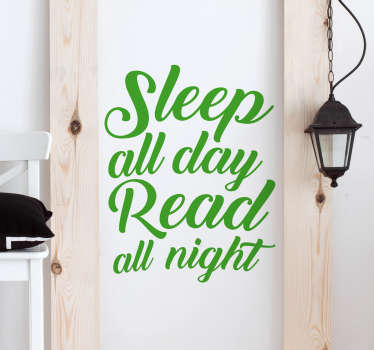 "Vinis decorativos com a frase ""Sleep all day Read all night"", que significa ""Dorme todo o dia, lê a noite toda""."