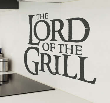 Muursticker The Lord of the Grill, een leuke wanddecoratie met een tekst die een variatie is op The Lord of the Rings.