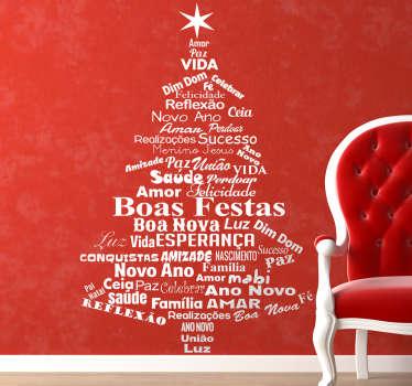 Adesivo decorativo para parede com ilustração de árvore de natal formada por palavras para celebrares as próximas festividades natalícias.