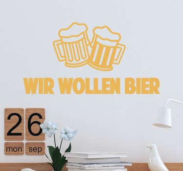 Muursticker Wir Wollen Bier, een leuke wanddecoratie met Duitse tekst voor wij willen bier met twee schuimende bierglazen boven de tekst.