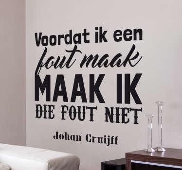 Muursticker citaat Johan Cruijff met de tekst ¨voordat ik een fout maak, maak ik die fout niet¨, een van de vele inspirerende Johan Cruijff citaten.