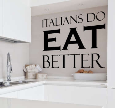 「イタリア人はそれをよりよくする」という言葉が書かれたテキストデカール。イタリア料理が好きな方や、レストランを飾るのにピッタリ!