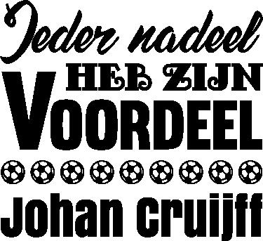 TenStickers. Muursticker Johan Cruijf. Een muursticker van een quote van Johan Cruijf, met de tekst ´Ieder nadeel heb zijn voordeel´ daarbij een paar afbeeldingen van voetballen.