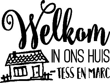 TenStickers. Muursticker welkom bij ons thuis. Heet iedereen gemakkelijk welkom in huis. Met deze leuke muursticker met welkom tekst en huis vrolijk je de ruimte snel op.