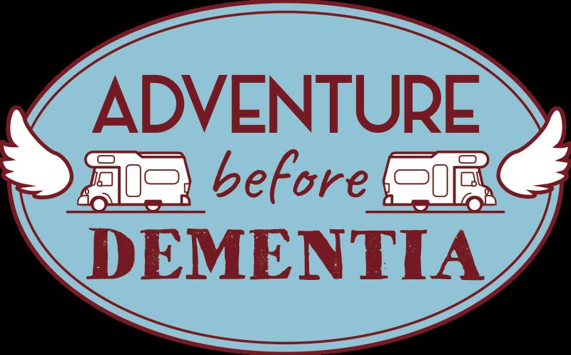 TenStickers. Autostickers Avontuur voor dementie. Decoratieve auto vinyl zelfklevende sticker ontworpen met avontuurlijke tekst en caravanafbeeldingen. Markeer het op uw auto om uw liefde voor reizen te uiten.