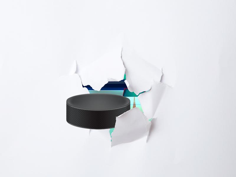 TenVinilo. Vinilo decorativo dibujo Hockey sobre hielo. Vinilo adhesivo para portátil formado por el diseño de un agujero creado a partir del golpe de un disco de hockey. Precios imbatibles.