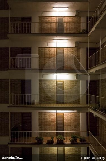 TenStickers. 블록 바닥 벽 벽화. 사진 벽화-집이나 회사를 꾸미는 현대적이고 세련된 샷. 잠복 estudi 사진.