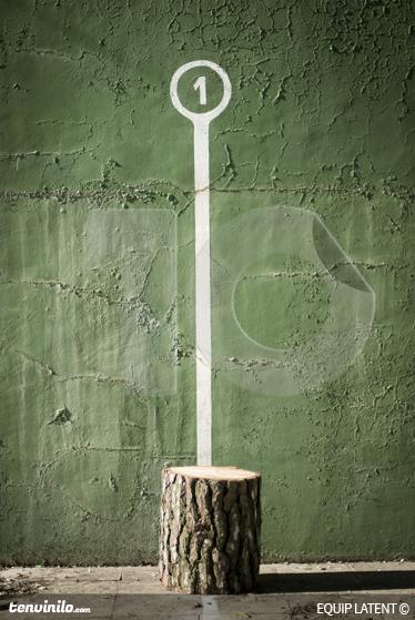 "TenStickers. Pelota法院的行李箱装饰贴花. 此墙贴是由潜在的estudi创作的装饰性和原创设计,用于说明西班牙运动""frontón""。"