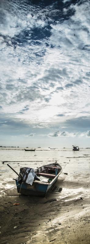 TenVinilo. Vinilo puerta playa con barca en la arena. Vinilo puerta junto al mar con el diseño de barcos en el mar con el cielo para decorar con una aventura de aventuras ¡Envío a domicilio!