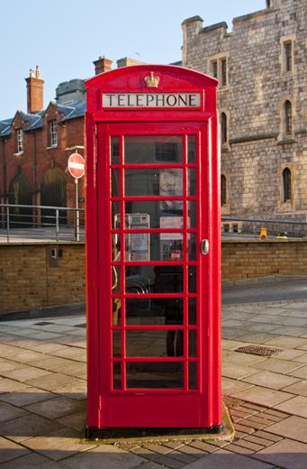 TENSTICKERS. 英国の電話ボックスリビングルームの壁の装飾. 赤い電話ボックスは世界的に知られているシンボルです。なぜあなたはそのような涼しい写真の壁の装飾であなたの家を飾らないのですか?