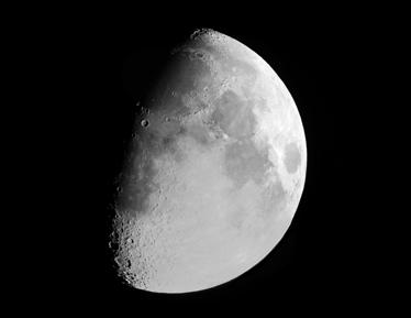 TenVinilo. Vinilo decorativo foto luna. Adhesivo fotomural de una imagen a alta resolución de nuestro satélite en cuarto menguante.