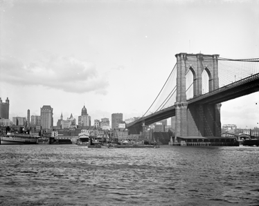 TenStickers. Sticker fotobehang Brooklyn Bridge New York. Muursticker van een foto van de Brooklyn Bridge in Manhattan, New York. Originele zwart-wit wanddecoratie voor de versiering van kale muren.