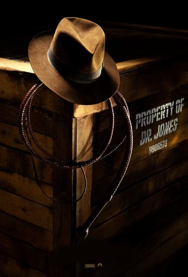 TenVinilo. Vinilo decorativo cartel Indiana Jones. Póster adhesivo promocional de la cuarta entrega de esta saga de Steven Spielberg.
