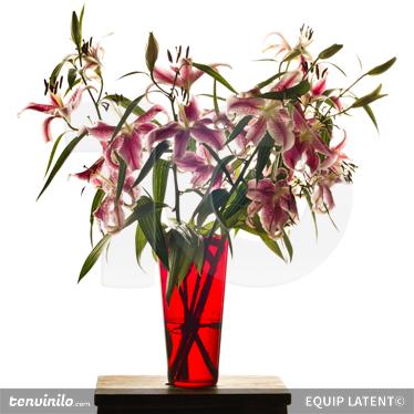 Tenstickers. Liljat punainen maljakko seinämaalaus. Valokuvamaalaus - latentti estudiokuvaus. Joukko kukkia valaisemaan kaikkia huoneita. Saatavana erikokoisina.