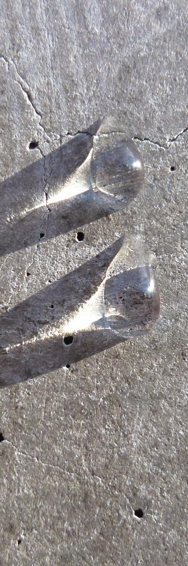 TenStickers. Sticker decorativo frigo gocce di acqua. Personalizza il tuo frigorifero applicando questa fotografia adesiva che ritrae due gocce d'acqua su una superficie di cemento.*Se necessiti di misure alternative contattaci a %email%