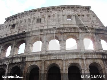 TenStickers. Sticker decorativo Colosseo Roma. Fotomurale d'autore che ritrae il monumento più famoso della capitale, il Colosseo.