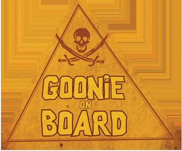 """TenStickers. Sticker voiture goonie on board. Décorez votre voiture avec ce sticker unique """"Goonie on board"""", idéal pour les fans de la célèbre comédie américaine des années 80."""
